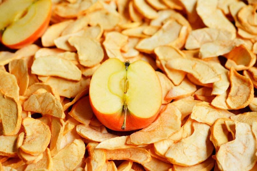 Chips de manzana y una manzana fresca - Frutas deshidratadas