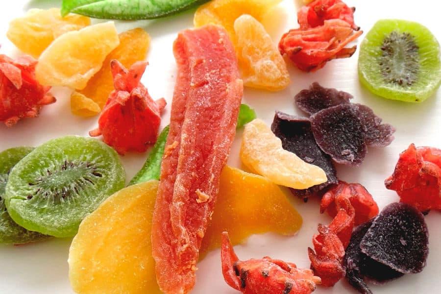 Varias frutas secas con azúcar y aditivos - Frutas deshidratadas