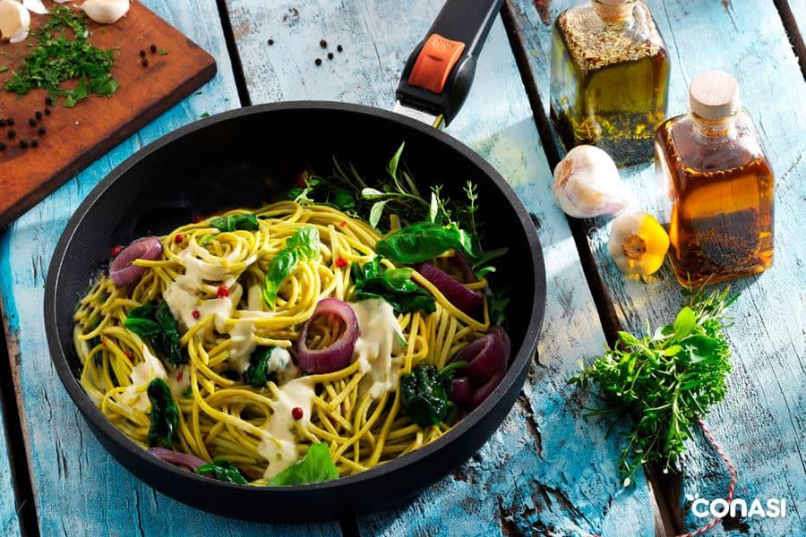 Sartén SKK con un plato de pasta - Sartenes saludables