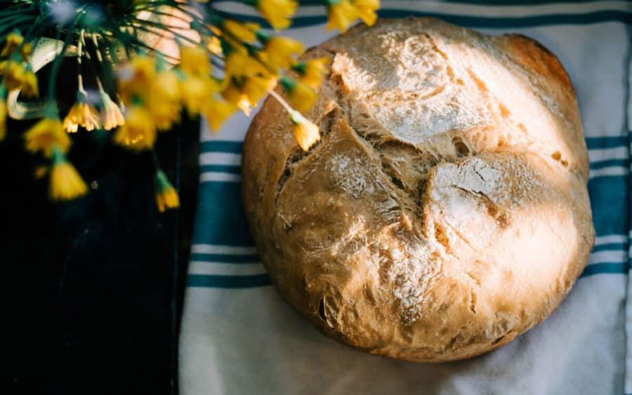 Pan masa madre redondo sobre un paño