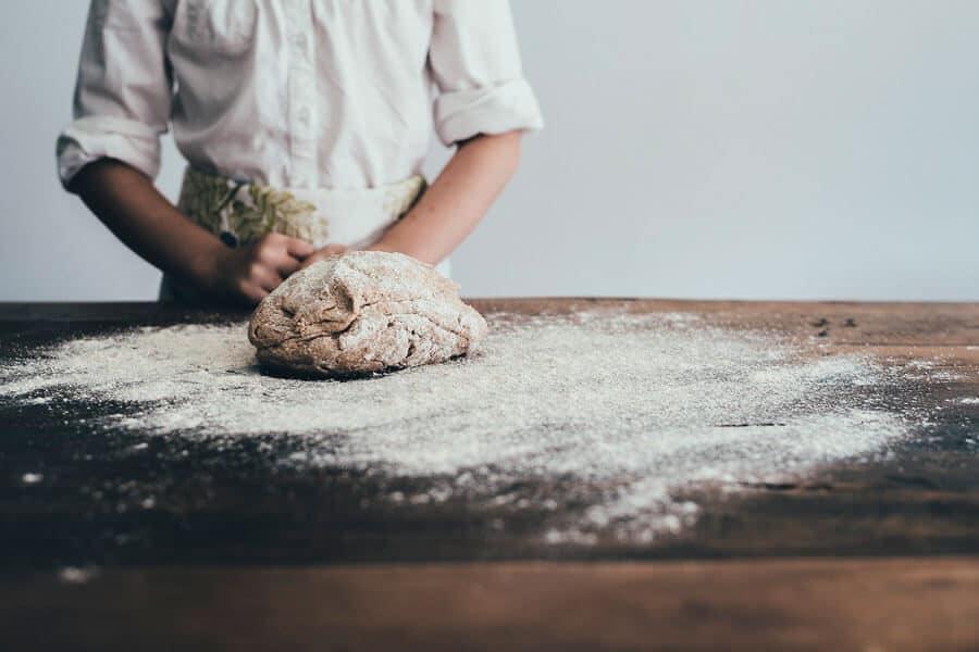 Masa de pan sobre una mesa de madera - Pan casero con masa madre
