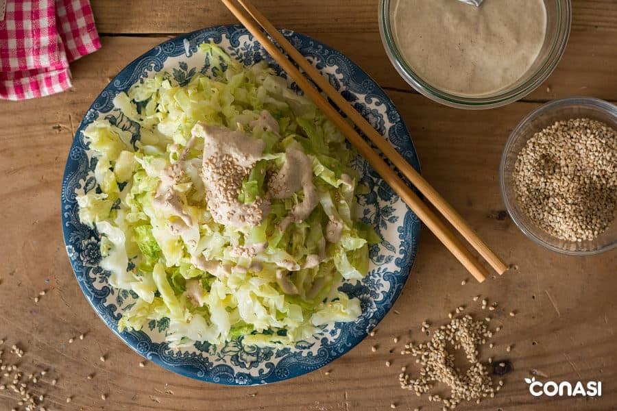 Plato de col aliñada con salsa de sésamo