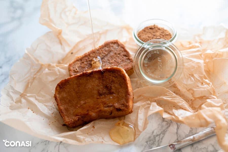 Torrijas caseras veganas con harina de garbanzo y miel en papel de horno
