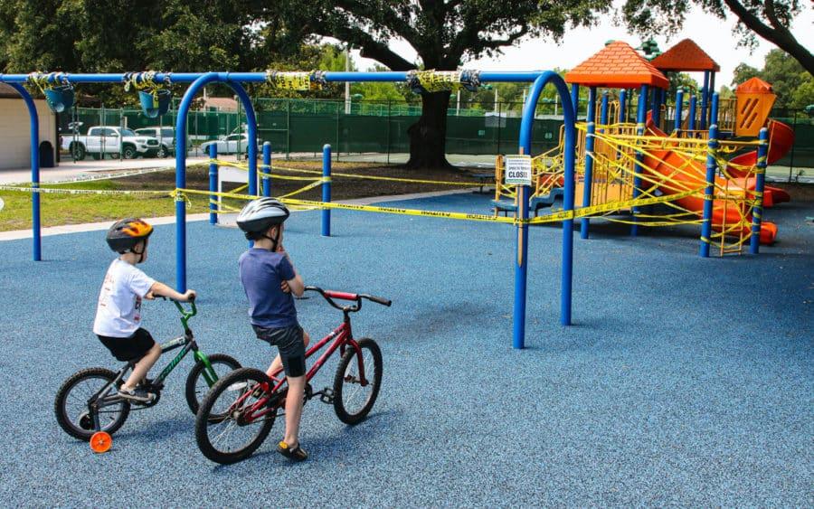 Dos niños en bicicleta en un parque precintado por coronavirus en el desconfinamiento
