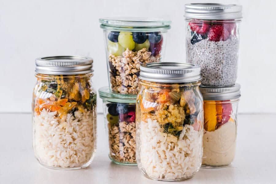 Tarros de cristal con comida - fuente de proteínas vegetales