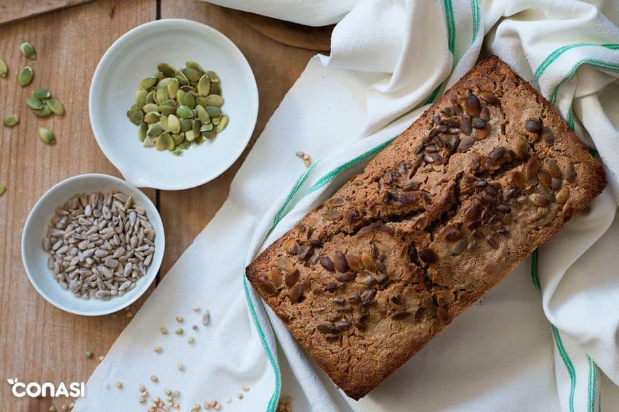 Pan sin levadura con pipas de girasol tostadas en la corteza