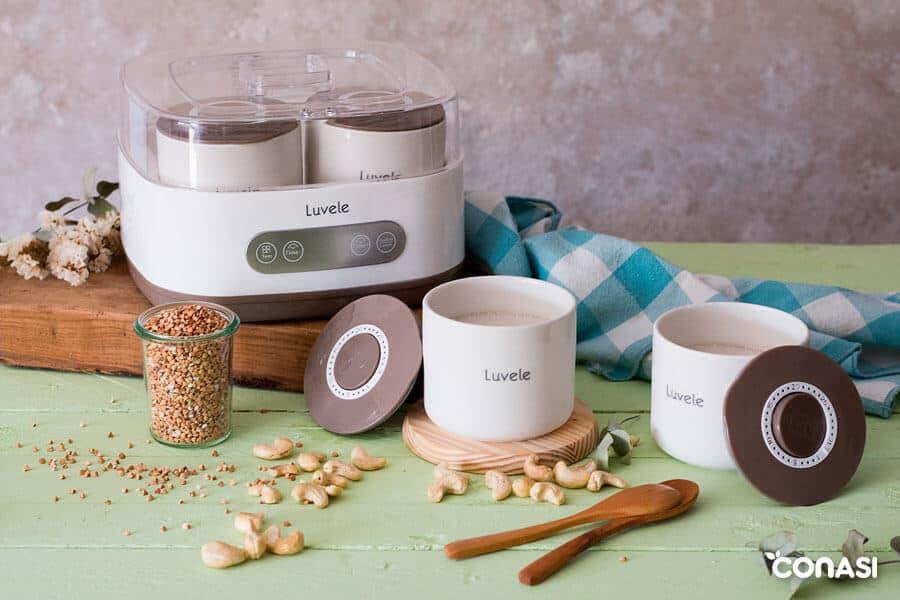 Yogur vegano de anacardos en los vasos de la yogurtera Luvele