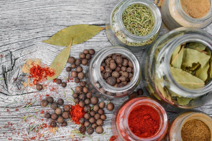 Alimentos irradiados: Diferentes especias en tarros de cristal