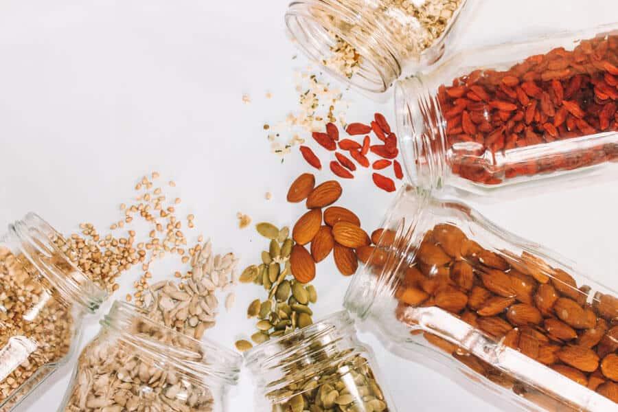Enfermendades autoinmunes: frutos secos, semillas, alforfón y bayas de goji en tarros.