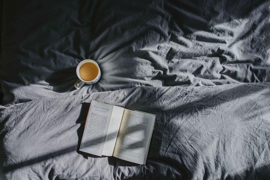 Cama, libro y té.