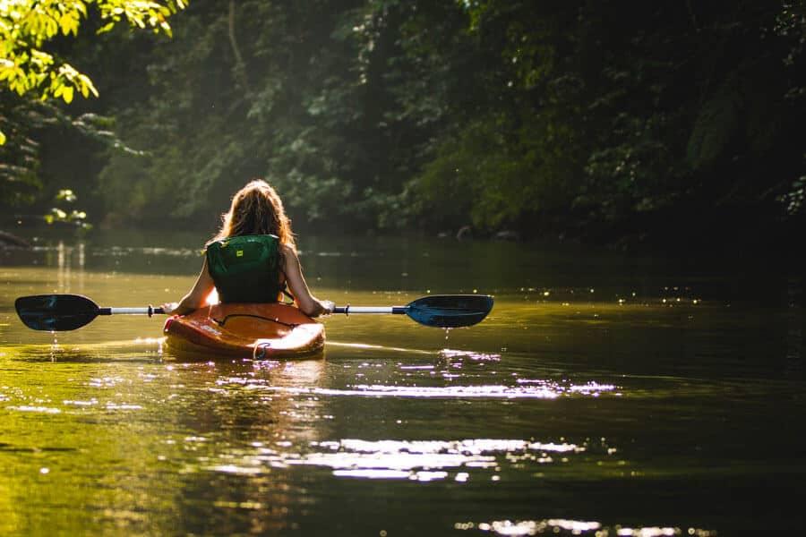 Enfermedades autoinmunes: mujer en una canoa