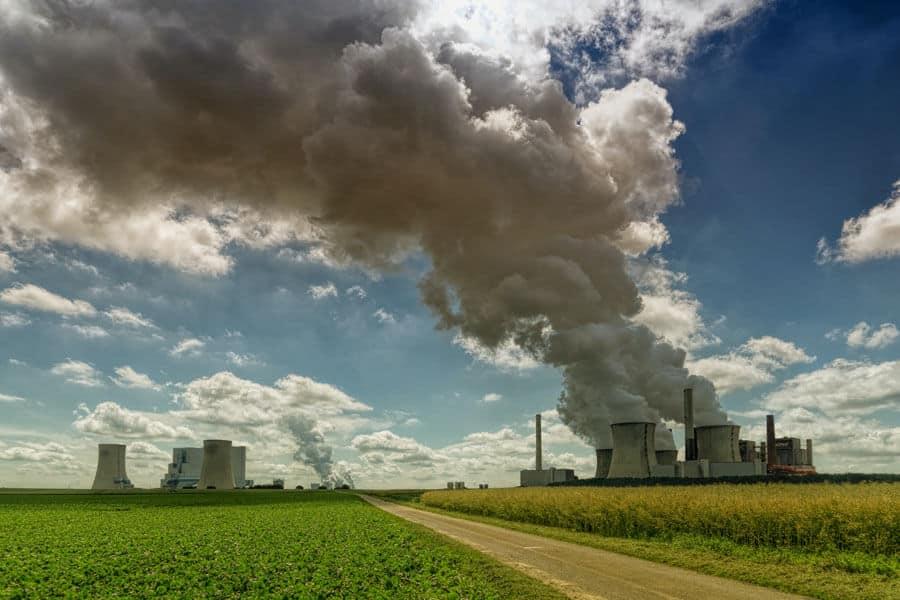 Fábrica emitiendo gases contaminantes, relacionadas con enfermedades autoinmunes e infecciones