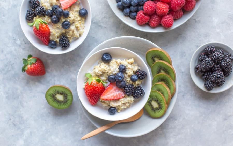 Porridge de avena con frutos del bosque para una dieta FODMAP