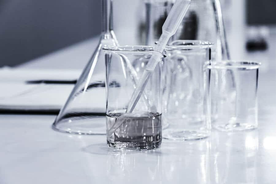 Varios utensilios de laboratorio - Diferencia entre vidrio y cristal