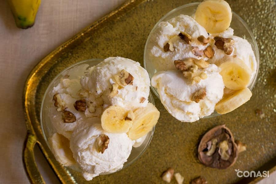 Copas de helado de plátano y nueces