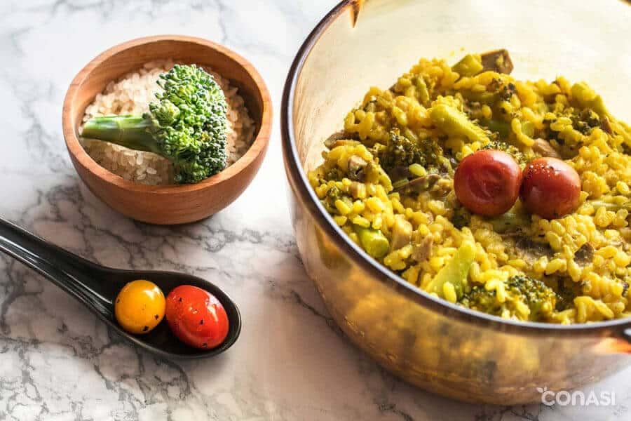 Risotto vegano de champiñones y brócoli en una olla visions