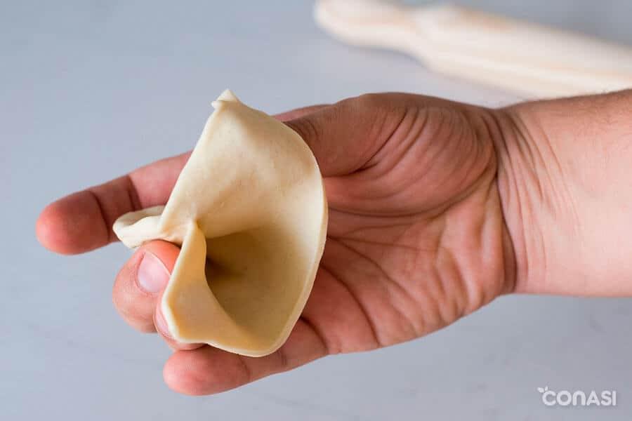 Masa en forma de saquito para rellenar las samosas vegetarianas