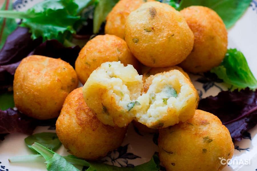 Bolitas de patata abiertas por la mitad