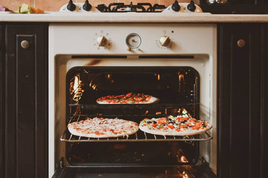 Un horno abierto con pizzas