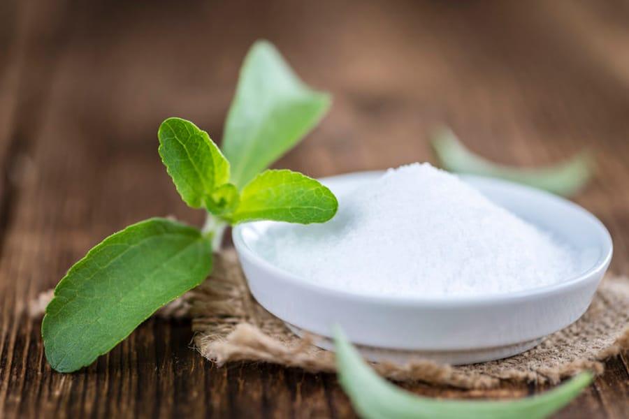 Bol con azúcar y una hoja de stevia - Equivalencia entre azúcar y stevia