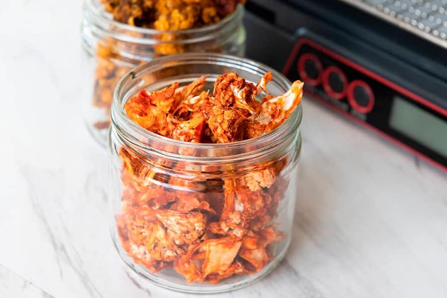 Palomitas de coliflor deshidratadas en un tarro de cristal