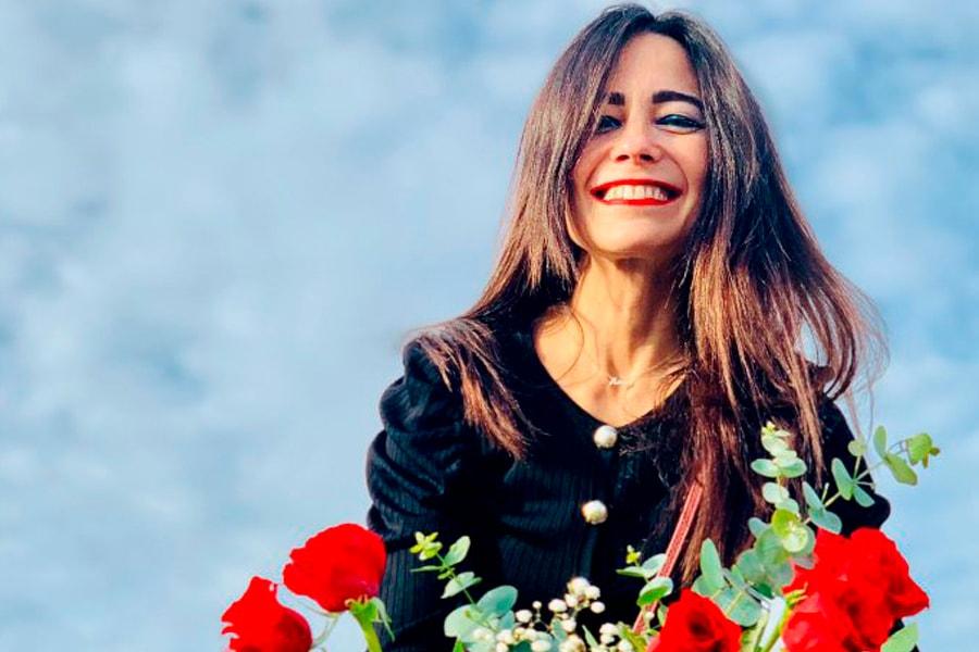 Ana moreni con un ramo de rosas - curso online menopausia