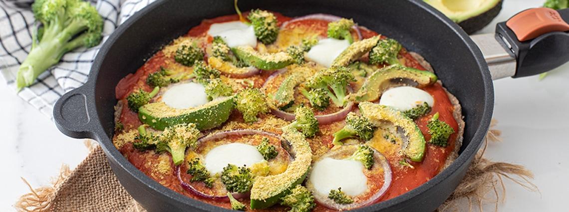Pizza en sartén de brócoli y aguacate