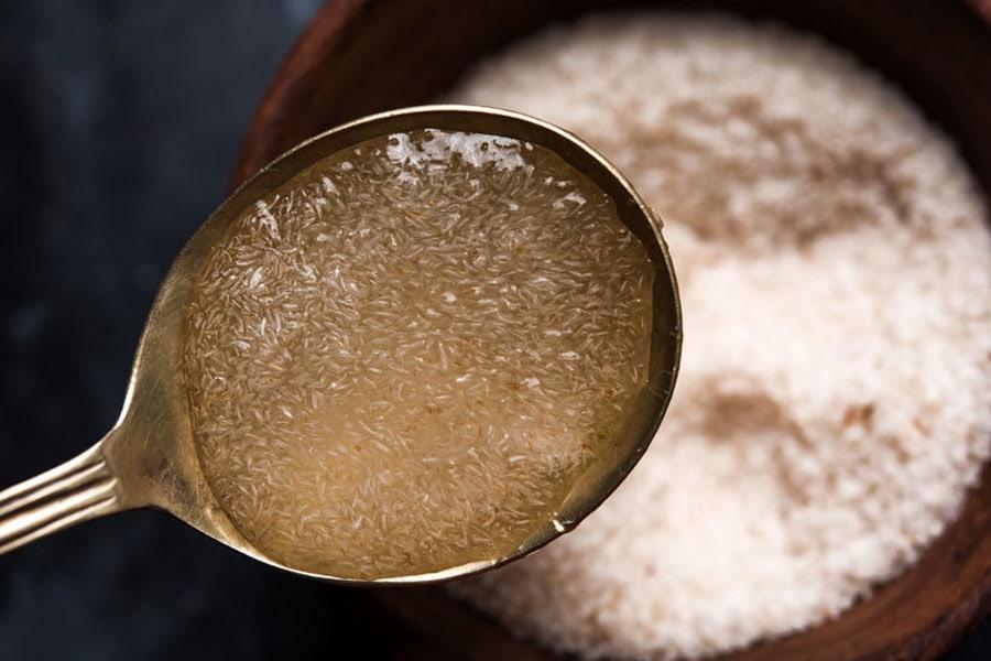 Cáscara de psyllium en contacto con el agua en una cuchara