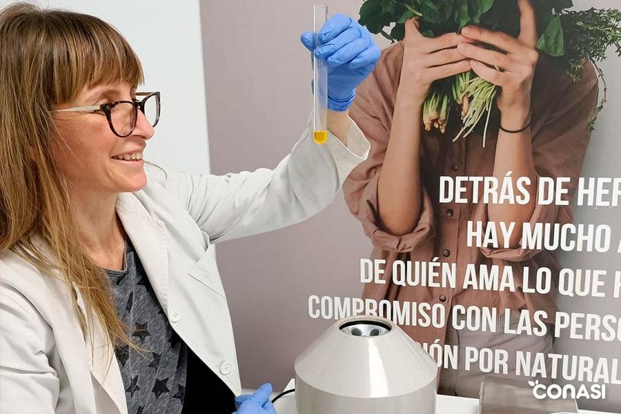 Mayte de Herbera en su laboratorio