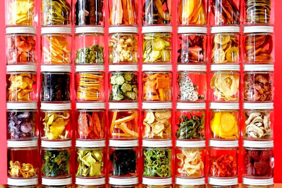 Frutas y verduras deshidratadas en tarros de cristal
